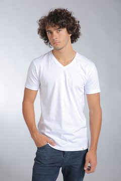 REMERA ESCOTE V WHITE REVER PASS
