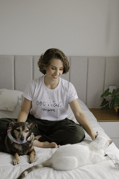 T-Shirt Dog + Cat Mom na internet