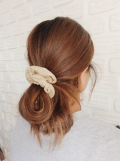 SCRUNCHIE (AMARRADOR COM LAÇO) - QUEQUE CLOTHING