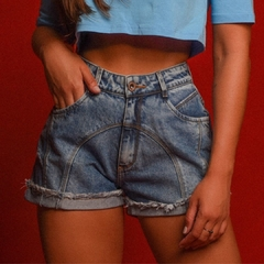 SHORT JEANS COM RECORTE FRONTAL
