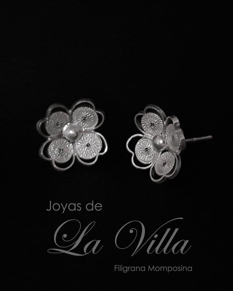 1786c0347cb3 Aretes tipo topo de flor de cuatro pétalos de corazón. Filigrana Momposina  Plata Ley 950