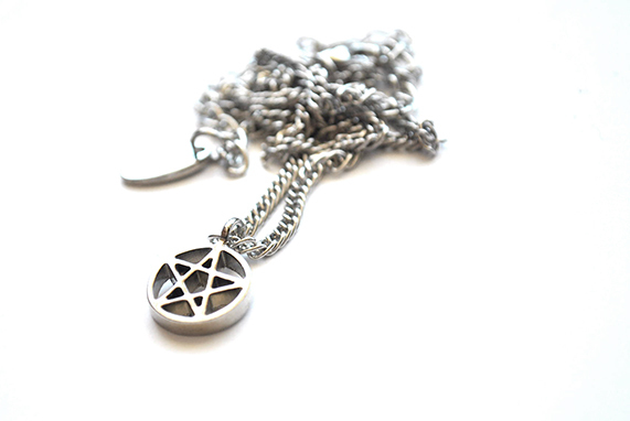 Collar Tiny Pentagram na internet