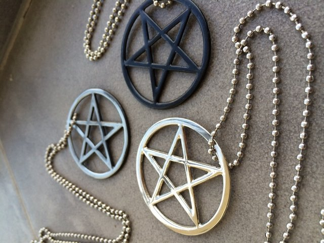 Collar Pentagram on internet