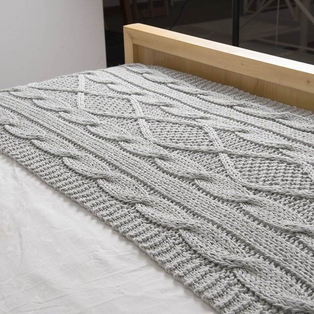 Minsk Throw, pearl grey cable stitch