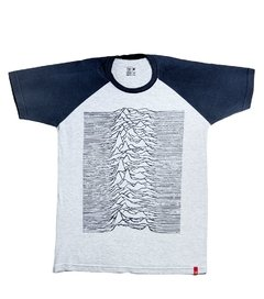 CAMISETA UNKNOWN PLEASURES - RAGLAN