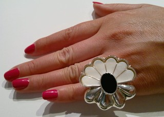 Daisy Ring, sterling silver, mother of pearl and black onyx (copia) on internet