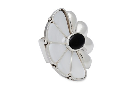 Daisy Ring, sterling silver, mother of pearl and black onyx (copia)