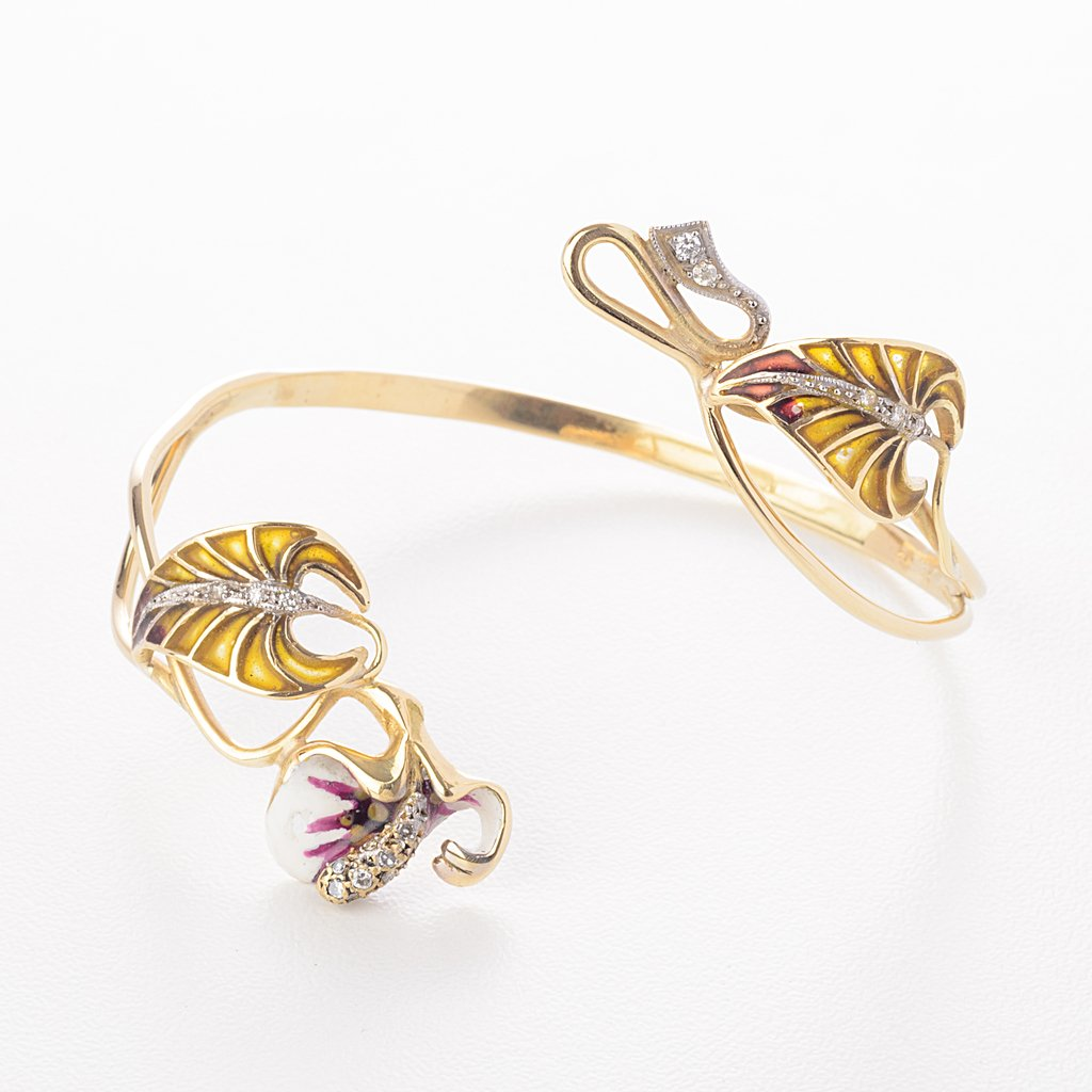 Orchid cuff in 18 kt gold with diamonds and enameling