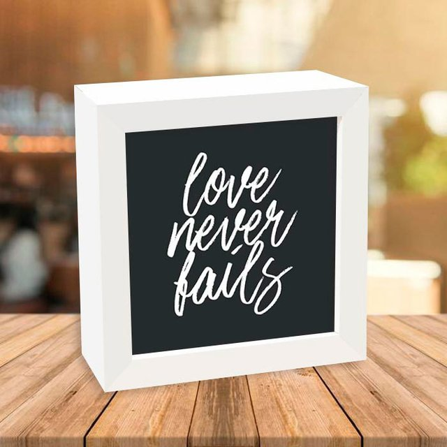Quadro Box Love Never Fails - Encadreé Posters
