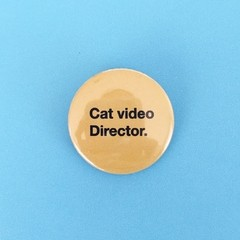 Cat video director pin mediano