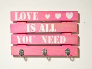 PERCHERO PALLET LOVE IS ALL YOU NEED ROSA