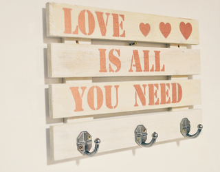 PERCHERO PALLET LOVE IS AL YOU NEED BLANCO
