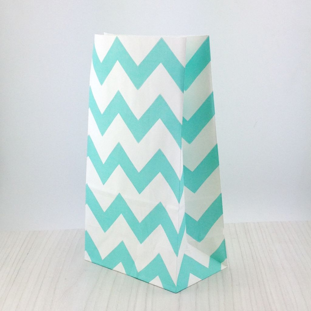 Bolsas de papel para sorpresas chevron aguamarina y blanco for Papel de pared blanco