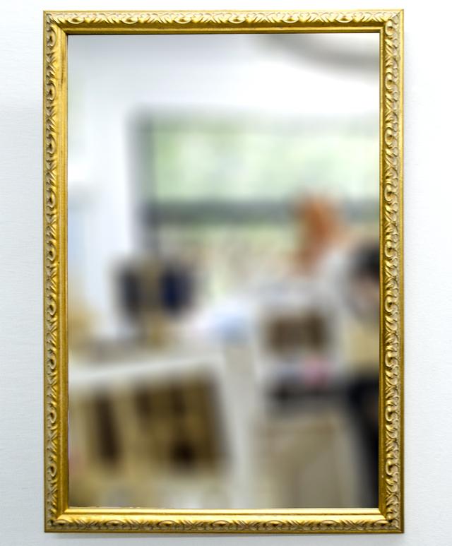 Espejo con marco dorado a la hoja for Espejo con marco de espejo