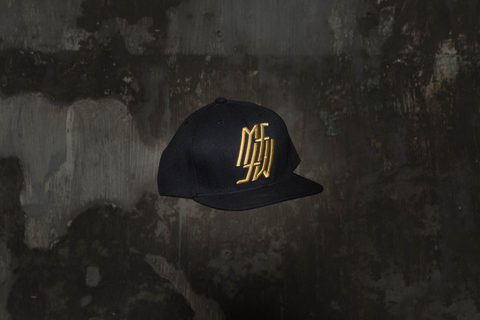 Snapback Under Black/Gold na internet