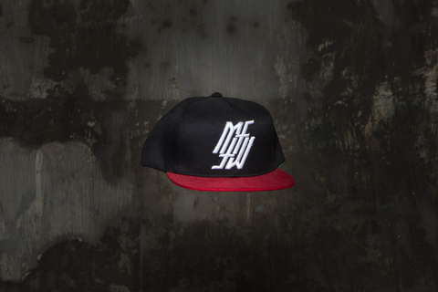 Snapback Under Black / Red na internet