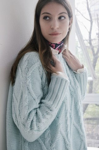 sweater pulover de lana de color con trenzas