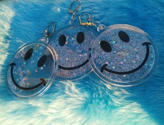 Brinco Smiley Glitter Holo na internet