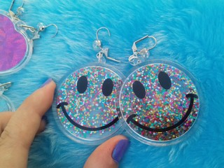 Brinco Smiley Glitter Colors na internet