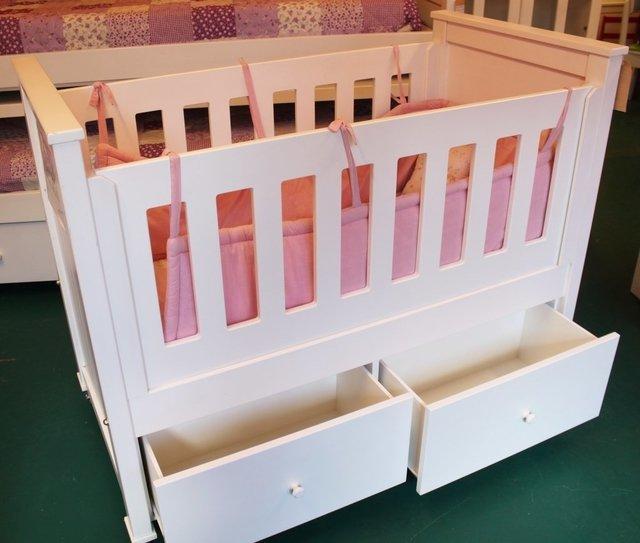 Perfecto Cuna Con Muebles De Cajones Ornamento - Muebles Para Ideas ...