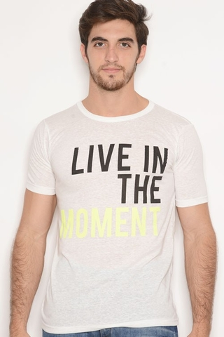 Remera Viscosa Estampa Live The Moment Blanco