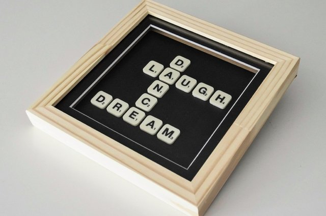 Cuadro Scrabble Laugh Dance Dream en internet