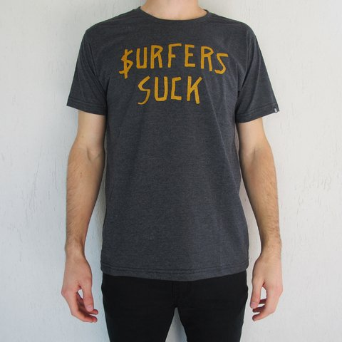 Remera Surfers Suck en internet