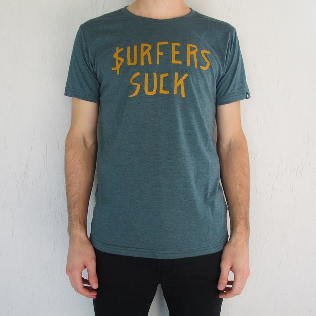 Remera Surfers Suck - Bodacious Clothing