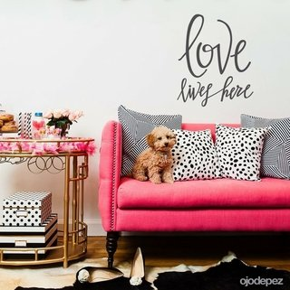 Vinilo decorativo Frase  Love lives Here