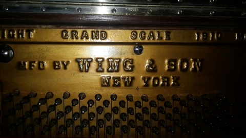 "Importante Piano Antiguo Vertical Americano ""MFD By WING & SON NEW YORK GRAND SCALE 1910"" - Polo Antiguo - Antigüedades en Argentina"