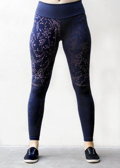 LEGGINGS AZUL CON ESTAMPA NEGRA Y ROSA