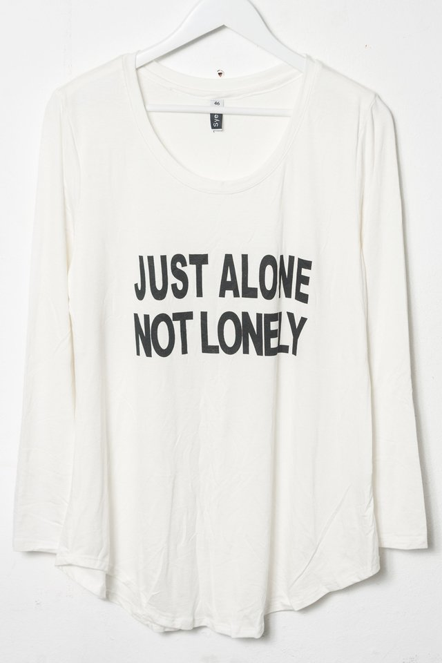 R1026/5 Syes, Remera estampa Just alone not lonely, Talles grandes en internet
