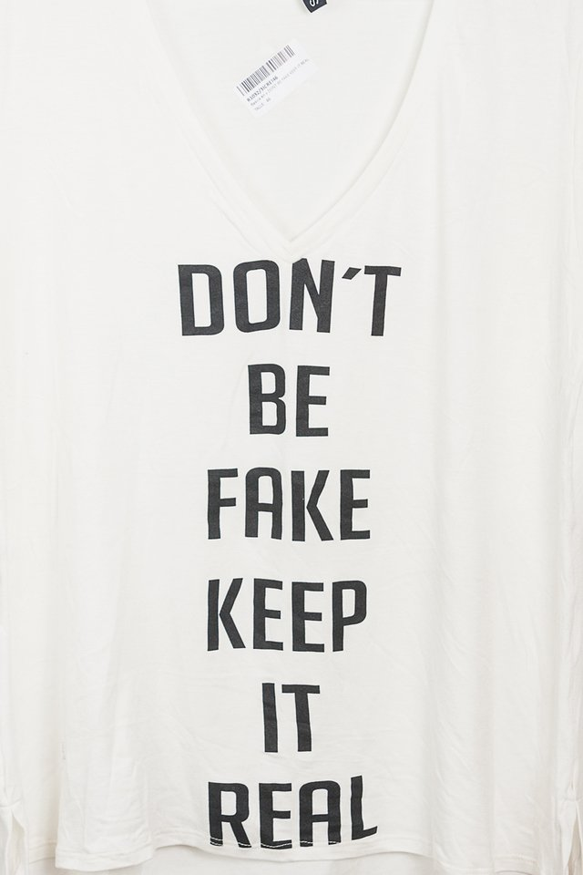 R1032/3 Syes, Remera básica en V Don´t be fake keep it real, Talles grandes