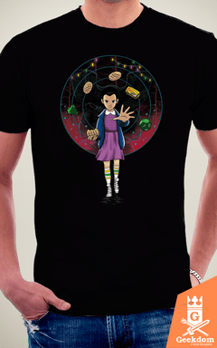 Camiseta Stranger Things - O Experimento - by Vincent Trinidad Art | Geekdom Store | www.geekdomstore.com