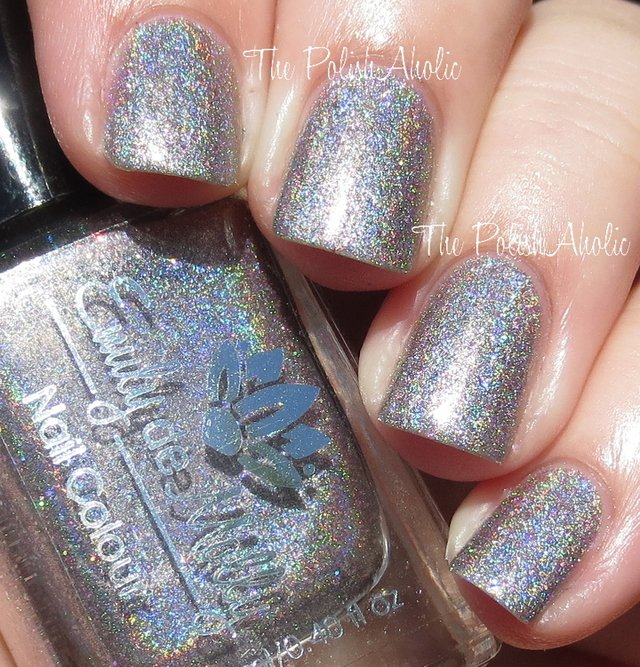 Emily de Molly Nail Polish en internet