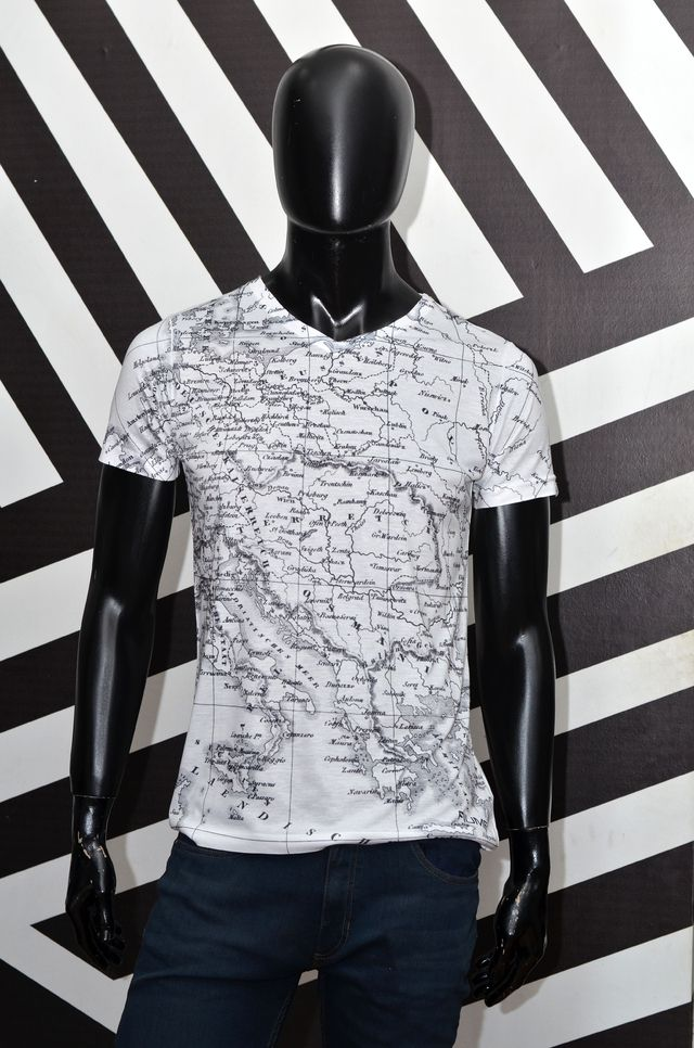Remera Blanca entallada estampada sublimada World Wide - Relax Multimarcas