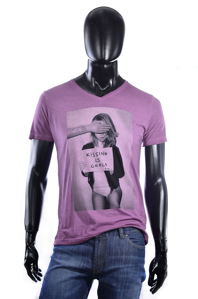 Remera violeta estampada cuello V - Relax Multimarcas