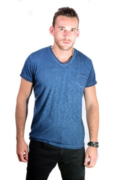 Remera azul estampa lunares degrade cuello V - RX