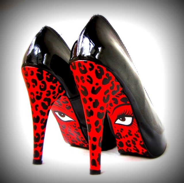 Red Eyes Stilettos en internet