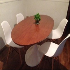 Mesa Tulip Oval 1.50 Tapa Madera con 4 sillas Dsw By Charles Eames