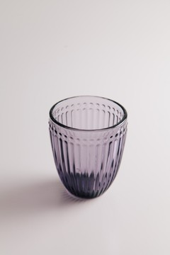 Vasos con rayas en relieve en internet