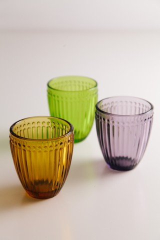 Vasos con rayas en relieve