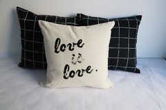 Pack x 3 Almohadones: love is love - cuadrillé negro