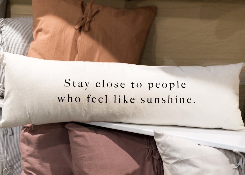 Almohadon 100x35 Stay Close To People Who Feel Like Sunshine