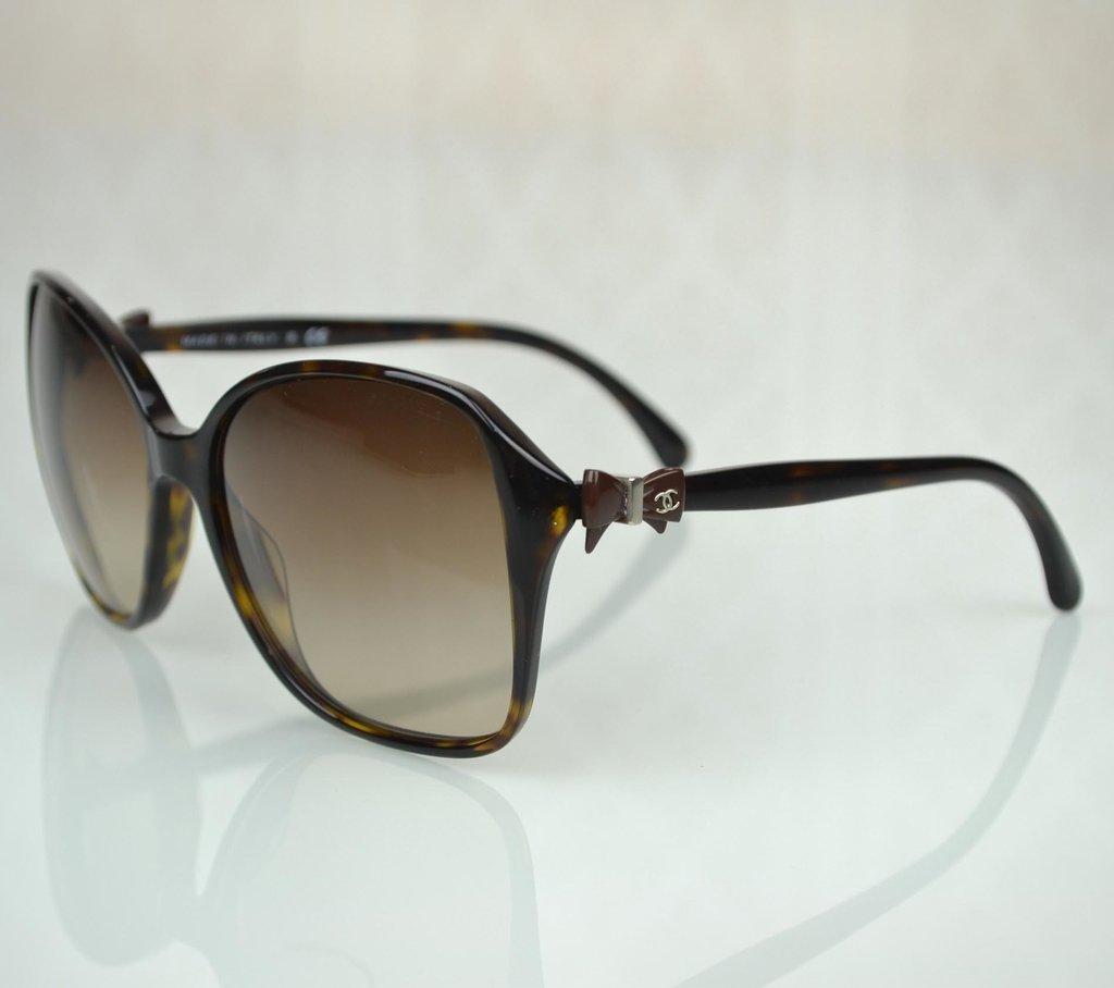 5bd2c070e4ddd ... Óculos de Sol Chanel 5205 - comprar online  Óculos de Sol Chanel 5205  na internet  Óculos de Sol Chanel 5205 - Paris Brechó - Artigos de Luxo  Seminovos ...