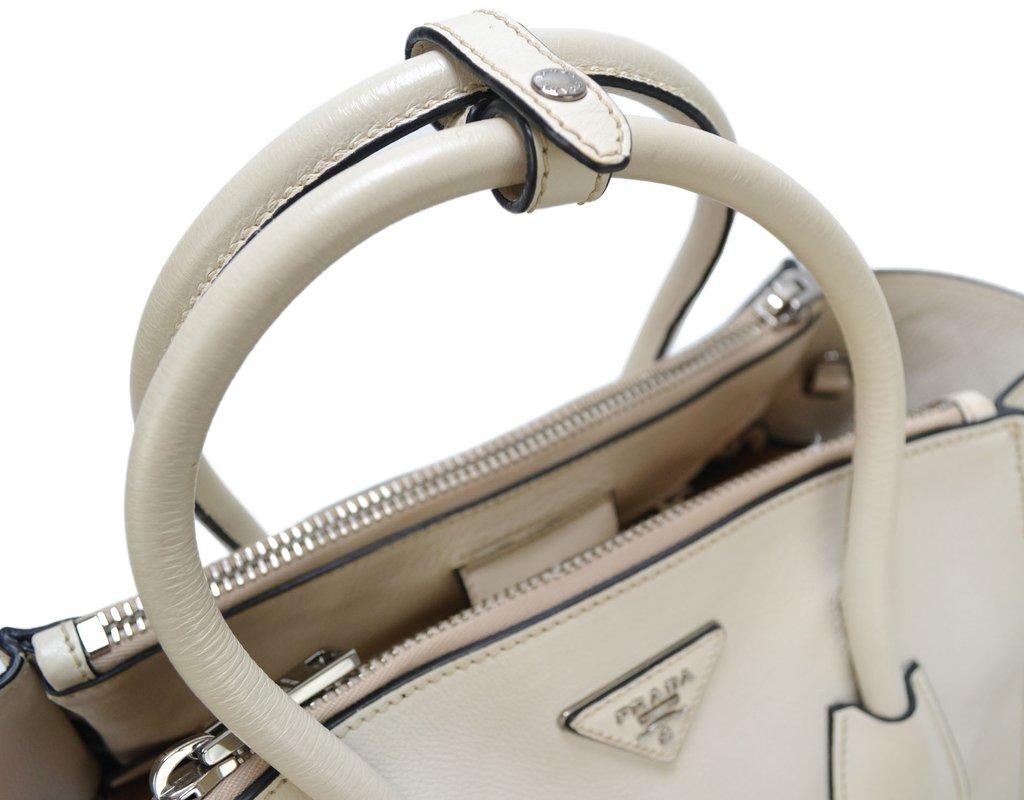 9065d3ba8 ... Imagem do Bolsa Prada Twin Pocket cor Talco ...