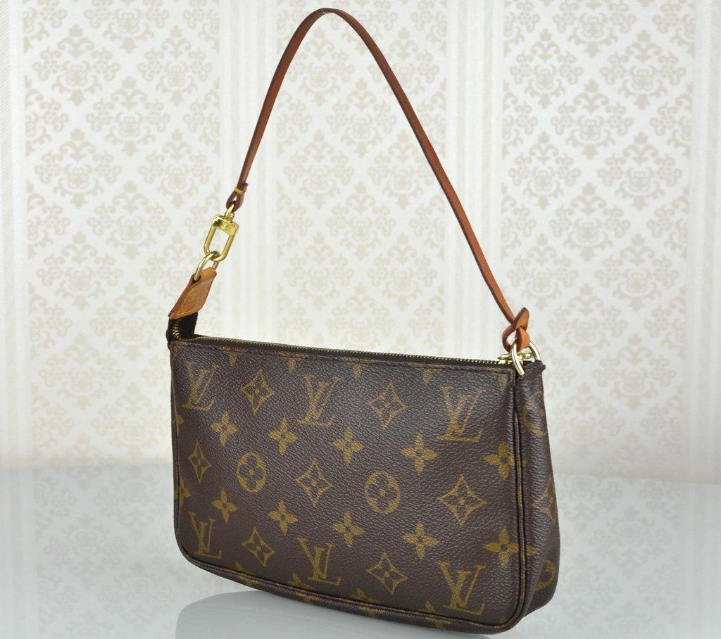 cc1dbdb69 ... Bolsa Louis Vuitton Pochette Accessoires Monograma - Paris Brechó -  Artigos de Luxo Seminovos ...