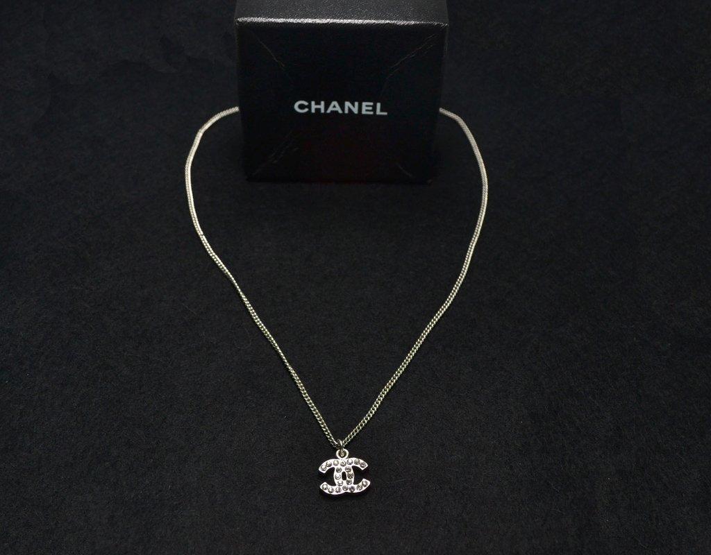 4261b15ba6afa ... Colar Chanel Swarovski Crystal CC Logo Necklace - Paris Brechó -  Artigos de Luxo Seminovos ...