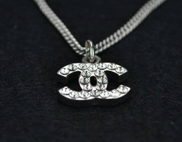 Colar Chanel Swarovski Crystal CC Logo Necklace na internet