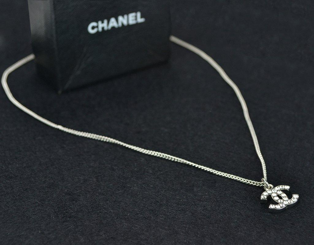 6626af310bb00 ... Colar Chanel Swarovski Crystal CC Logo Necklace - loja online ...